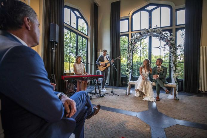 De bruiloft werd opgeluisterd met een optreden van Suzan en Freek.