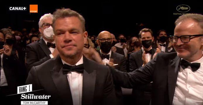 """Matt Damon, très ému, consolé d'une petite tape dans le dos par Tom McCarthy, le réalisateur de """"Stillwater""""."""