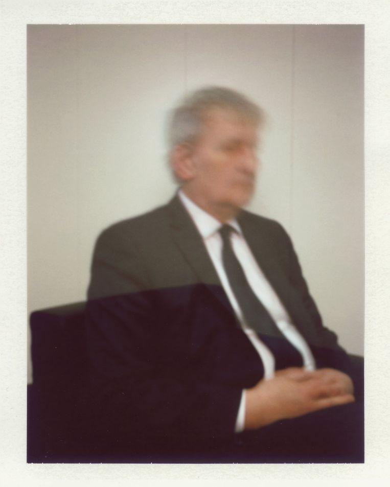 Eberhard van der Laan, burgemeester van Amsterdam. Cohen: 'Extra vervelend dat juist deze opname eerst mislukte. Maar de drukke burgemeester, die fotosesies ijdeltuiterij en vervelend vindt, ging toch nog een keer voor me zitten. Helaas stond hij toen iets te vroeg op, waardoor de camera ook de stoel geheel in beeld heeft genomen.' Beeld Foto Daniel Cohen