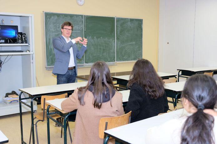 Sven Gatz ging zelf voor de klas staan.