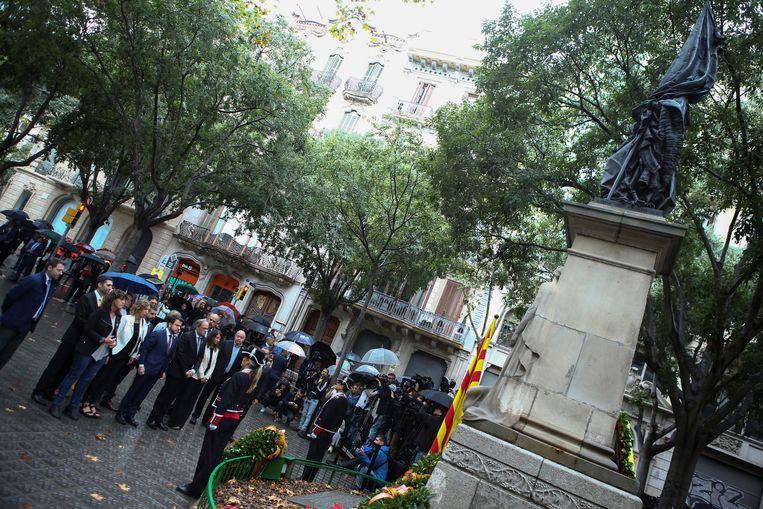 Torra en zijn regering bij het standbeeld van de Catalaanse jurist en politicus Rafael Casanova i Comes in Barcelona.