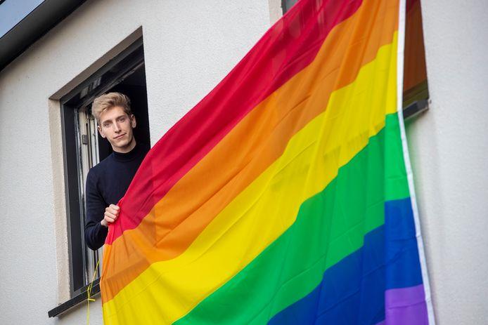 Sam Elfvering heeft vandaag in het kader van 'Coming Out Day' een regenboogvlag aan zijn huis gehangen. Sommige voorbijgangers riepen vervolgens beledigende opmerkingen.
