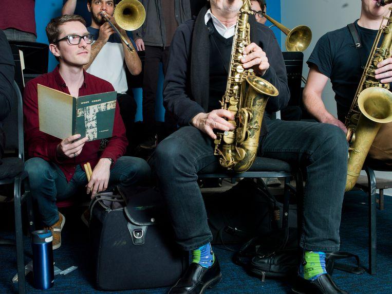 Jazzdrummer Kevin van den Elzen oefent met de door hem opgerichte VDE Big Band. Beeld Eva Roefs