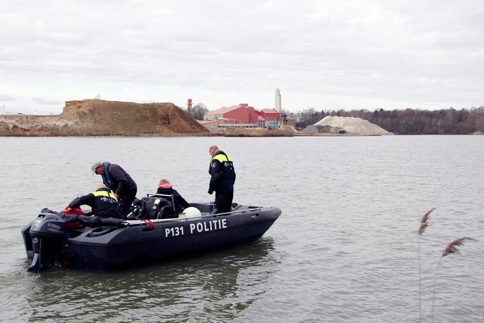 Zoektocht op de Brink in Liessel. De politie zocht maandag naar de vermiste vrienden Piet Hölskens en Hans Martens.