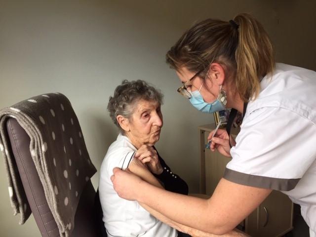 De 98-jarige Henriette kreeg als de oudste inwoonster van woonzorgcentrum Rozenberg in Oostrozebeke de kans om als eerste het vaccin tegen corona te krijgen.