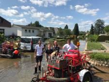 Brandweerman Martijn (42) en zoontje Milan (14) uit Vroomshoop schieten Limburgers te hulp: 'Koikarpers zwommen om me heen'
