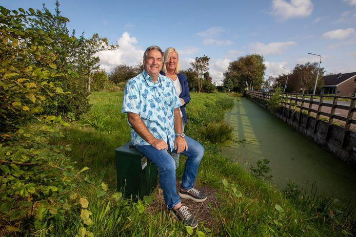 Willem en Monique van der Steen op de kavel in Heenweg waar ze hun gezinshuis willen bouwen.