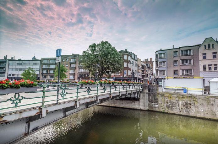 archiefbeeld van de Leiebrug, in Kortrijk. Deze brug, tussen Leie- en Budastraat, wordt wél vernieuwd