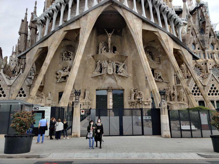 De enkelingen die er wel zijn, kunnen een foto van de beroemde Sagrada Família nemen zonder mensenmassa errond. Beeld AW