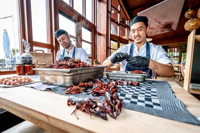 Een plaag in de Krimpenerwaard: de rivierkreeft. Bij restaurant Fuiks in Capelle aan den IJssel worden ze gepeld en verwerkt in soep. De potten zijn dit weekend af te halen.