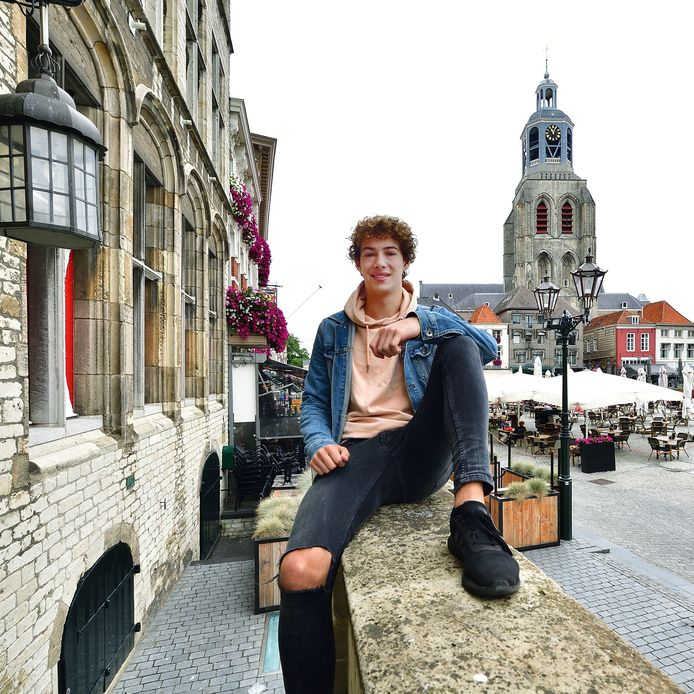 Max van Lare op de Grote Markt in Bergen op Zoom. foto Peter van Trijen/pix4profs