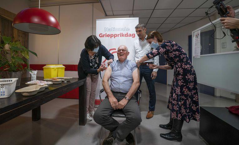 Demissionair staatssecretaris Paul Blokhuis (Volksgezondheid, Welzijn en Sport) woont het nationale griepprikmoment bij.  Beeld ANP