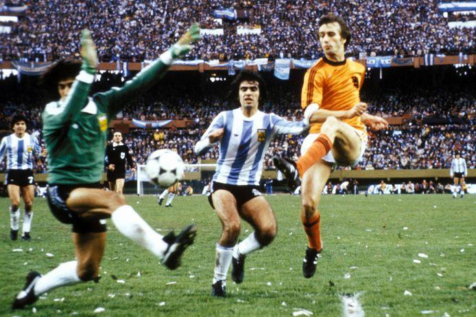 De finale Argentinië - Nederland in 1978. Het moment waaraan Rob Rensenbrink zijn hele leven werd herinnerd, het schot op de paal.