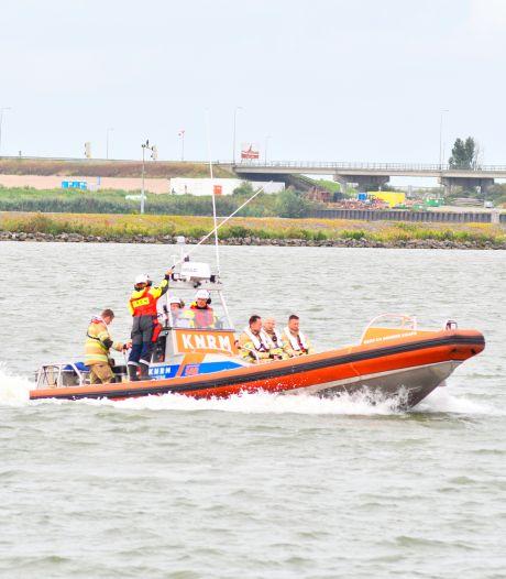 Brand op boot op IJsselmeer tussen Urk en Lelystad: opvarenden gered