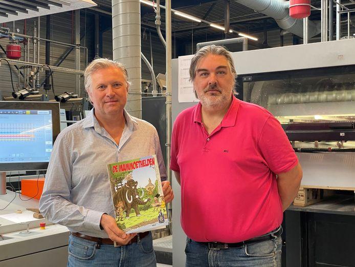 De cover van 'De Mammoethelden' is al klaar. Bart De Bie en Kris Trovisi van Kiwanis Lier Twee Neten tonen de voorkant van het stripverhaal.