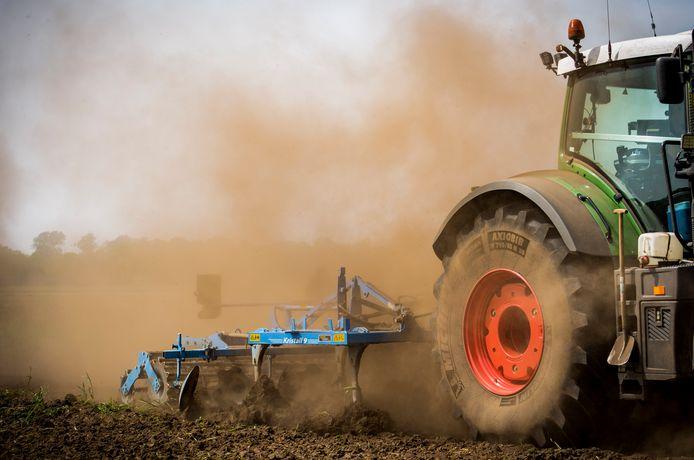Een boer ploegt een gortdroge akker om. Aanhoudende droogte is een probleem in Brabant en andere delen van ons land.