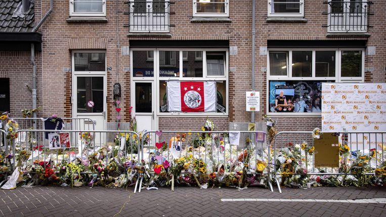 De bloemenzee voor misdaadverslaggever Peter R. de Vries in de Lange Leidsedwarsstraat in het centrum van Amsterdam. Beeld ANP