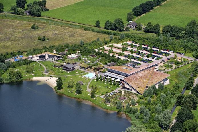 Luchtfoto van de Veluwse Bron in Emst. Het ontbijthotel moet rechts van de Viskweekweg komen, net buiten de foto. foto Van de Biezen