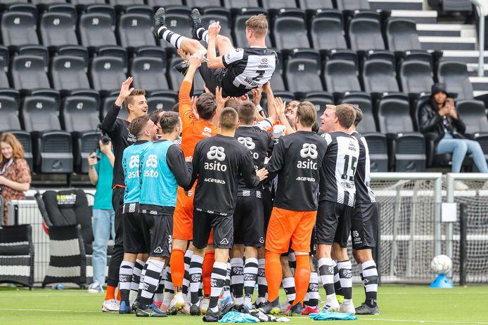 Tim Breukers speelde tegen Feyenoord zijn laatste minuten op Erve Asito. De spelers van Heracles stonden daar na afloop van het duel bij stil.