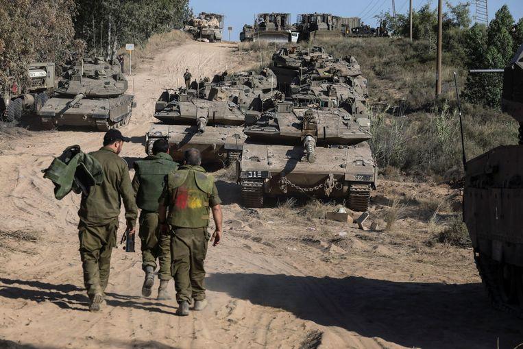 Israëlische soldaten en tanks bij de grens met Gaza. Beeld Reuters