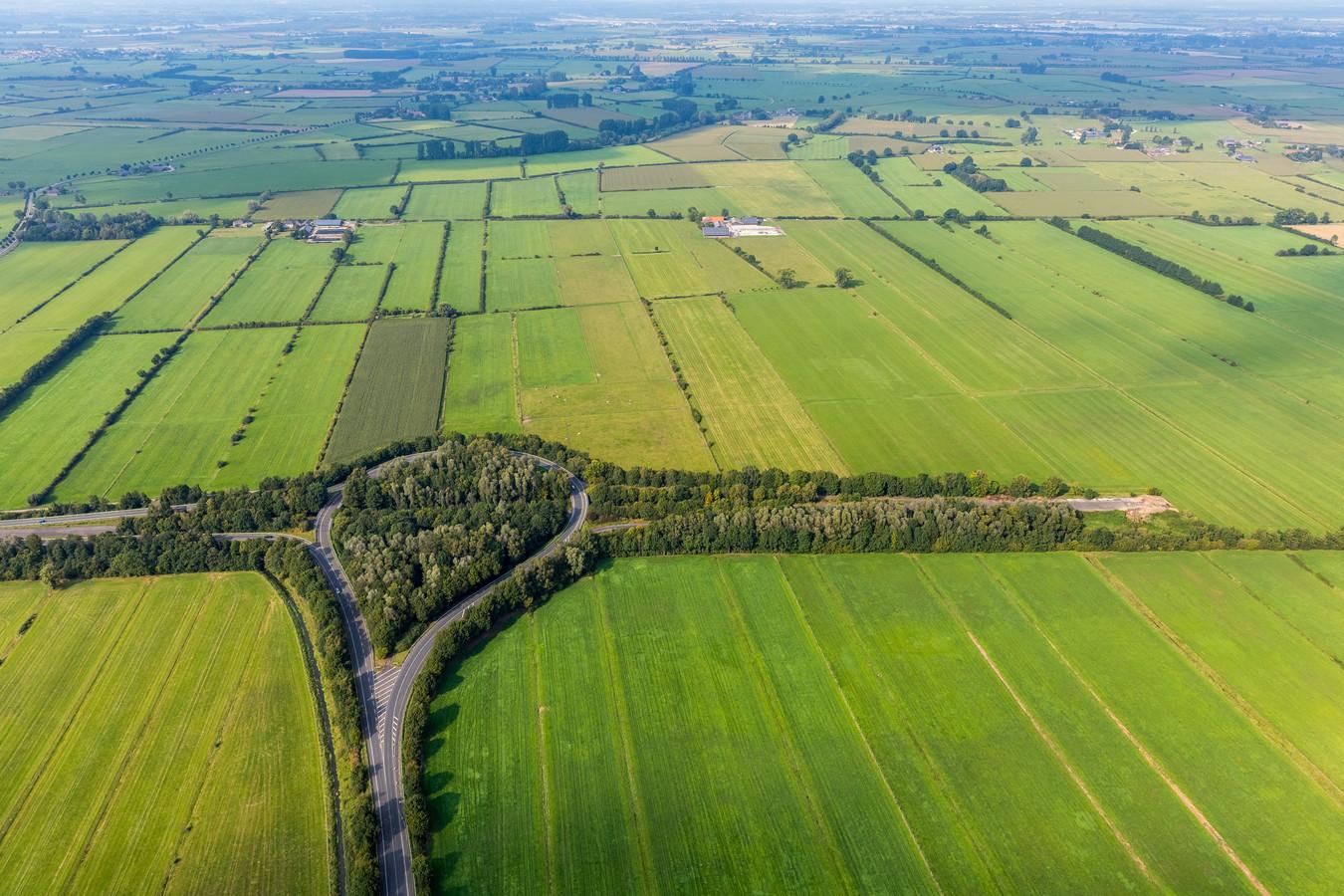 Het 'tennisracket' vanuit de lucht gezien.  Linksaf is richting Nijmegen: rechtsaf loopt midden in het weiland dood.