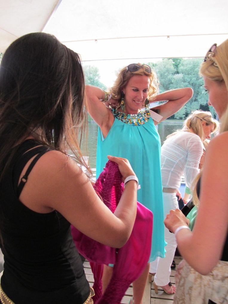 De aanwezige dames storten zich vol overgave op het kledingassortiment. <br /> Beeld