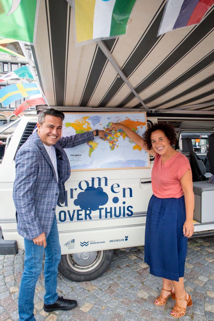 Schepenen Murat Oner en Gabriella De Francesco tonen op de kaart waar zij geboren zijn.