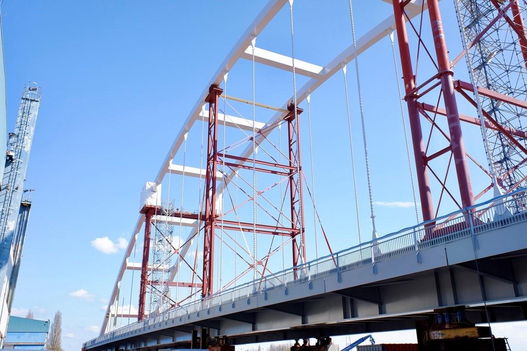 De nieuwe Suurhoffbrug is klaar voor vervoer.