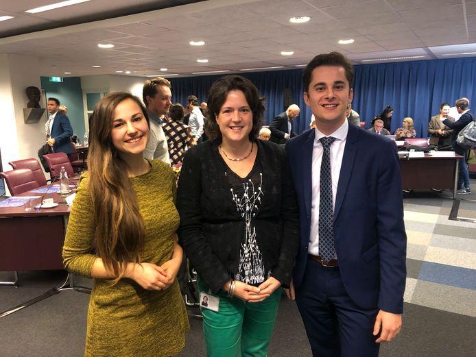 Eva de Bruijn, Jorien Migchielsen en Remco van Dooren (vlnr) willen basisschoolleerlingen meer bij de politiek betrekken.