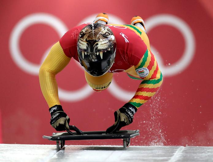 Akwasi Frimpong lijkt te zweven bij de start van zijn skeletonwedstrijd.