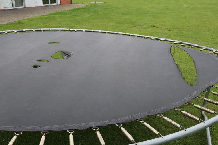 Ook de trampoline moest er aan geloven en werd vernield.