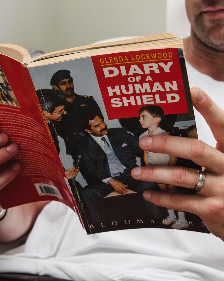 Het boek Diary of a Human Shield, geschreven door zijn moeder, Glenda Lockwood.  Beeld Carlotta Cardana