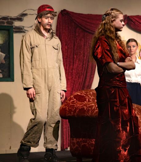 Jeugdtheater Neerkant speelt De Vloek van Valkenstein en hele dorp draagt bij