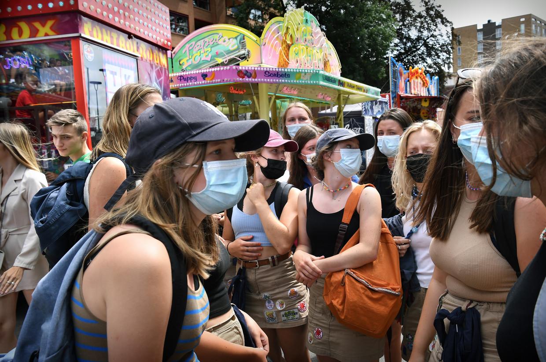 Een groep Belgische meiden doet de kermis in Tilburg aan, maar wél met mondkapjes op. Beeld Marcel van den Bergh/de Volkskrant