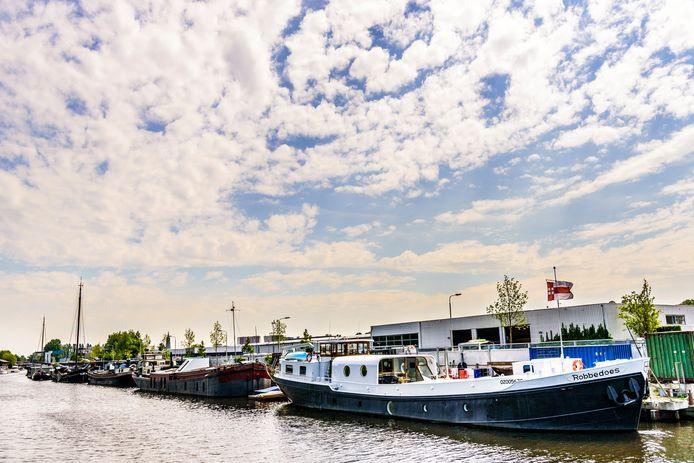 Wim en Anneke Robbertsen kijken elke dag vanuit hun comfortabele woonkeuken naar de dynamiek op het water.