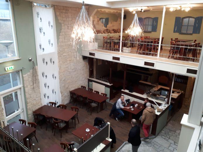 Het Grieks restaurant is helemaal opgeknapt en weer voorzien van meubels. Woensdag moet het volgens eigenaar Vajos Kostopulos weer 'business as usual' zijn.