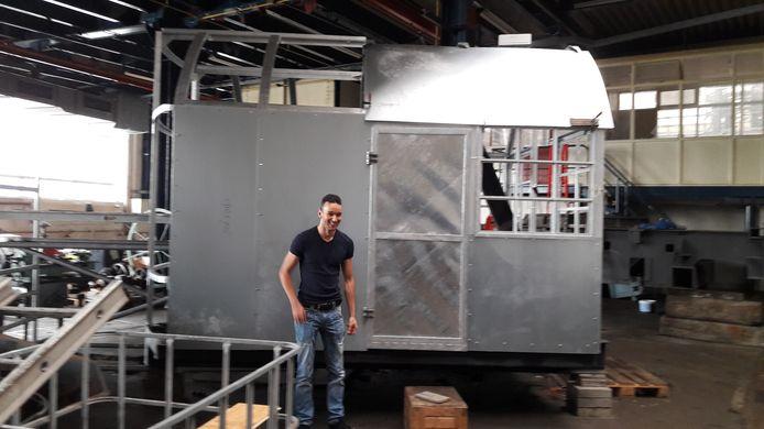 Wesley Sekewael laat zien dat vrijwilligers niet hebben stilgezeten, maar het draaibare stuurhuis al bijna hebben gerenoveerd.