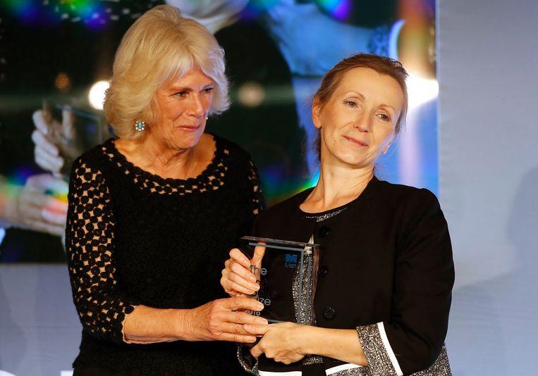 De hertogin van Cornwall presenteert de Man Booker Prize aan Anna Burns. Beeld AP