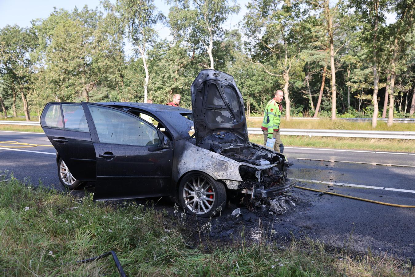 De auto raakte door de brand op de A28 zwaar beschadigd.