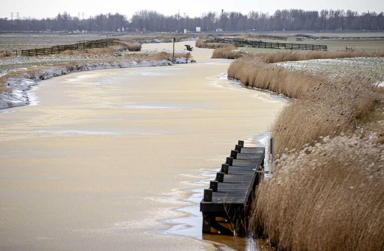 Gytsjerk, nabij de Canterlandse brug met daarop het Elfstedenmonument 'It Sil Heve'. Correspondent Jurre van den Berg: 'Er is heel veel smotsiis, zoals ze dat in Friesland noemen: door aangevroren sneeuw krijg je een soort bruinige drek.' Beeld ANP