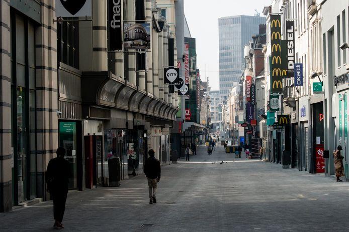 Een bijna verlaten winkelstraat in Brussel.