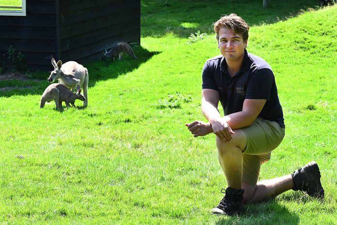 Steven van den Heuvel bij een babykangoeroe en zijn moeder.