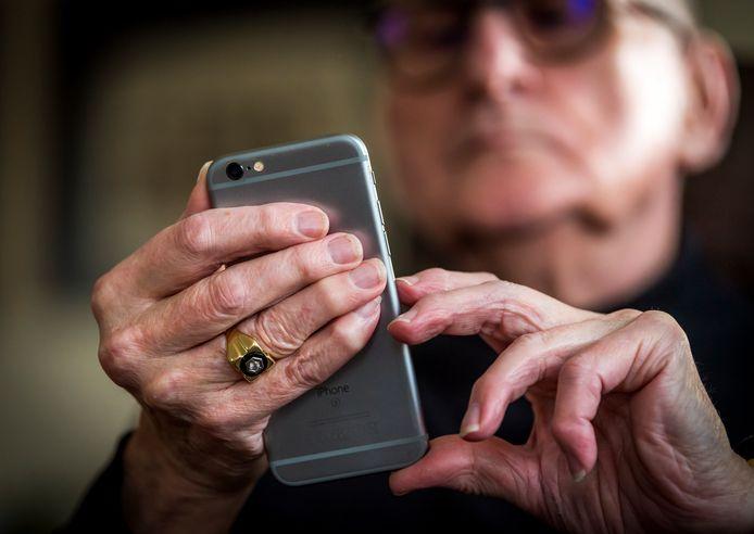Er zijn verschillende telefoonlijnen in het leven geroepen waar ouderen terecht kunnen met zorgen en vragen over het coronavirus.