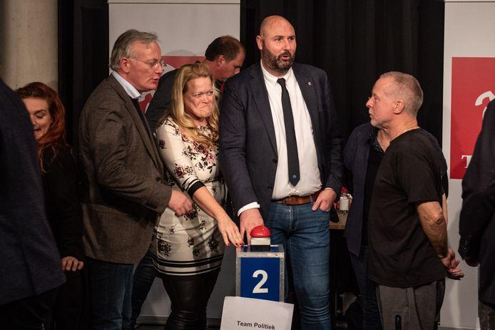 Winnaars Arjen Gerritsen (burgemeester), Edith van den Ham (VVD), Marcel Zielman (CDA) en Bert Hümmels (Leefbaar Almelo) van Team Politiek in actie. Niet zichtbaar: Marike van Doorn (LAS).