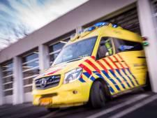 Twee personen gewond bij kop-staartbotsing in Leiden, brandweer moet slachtoffer uit voertuig bevrijden