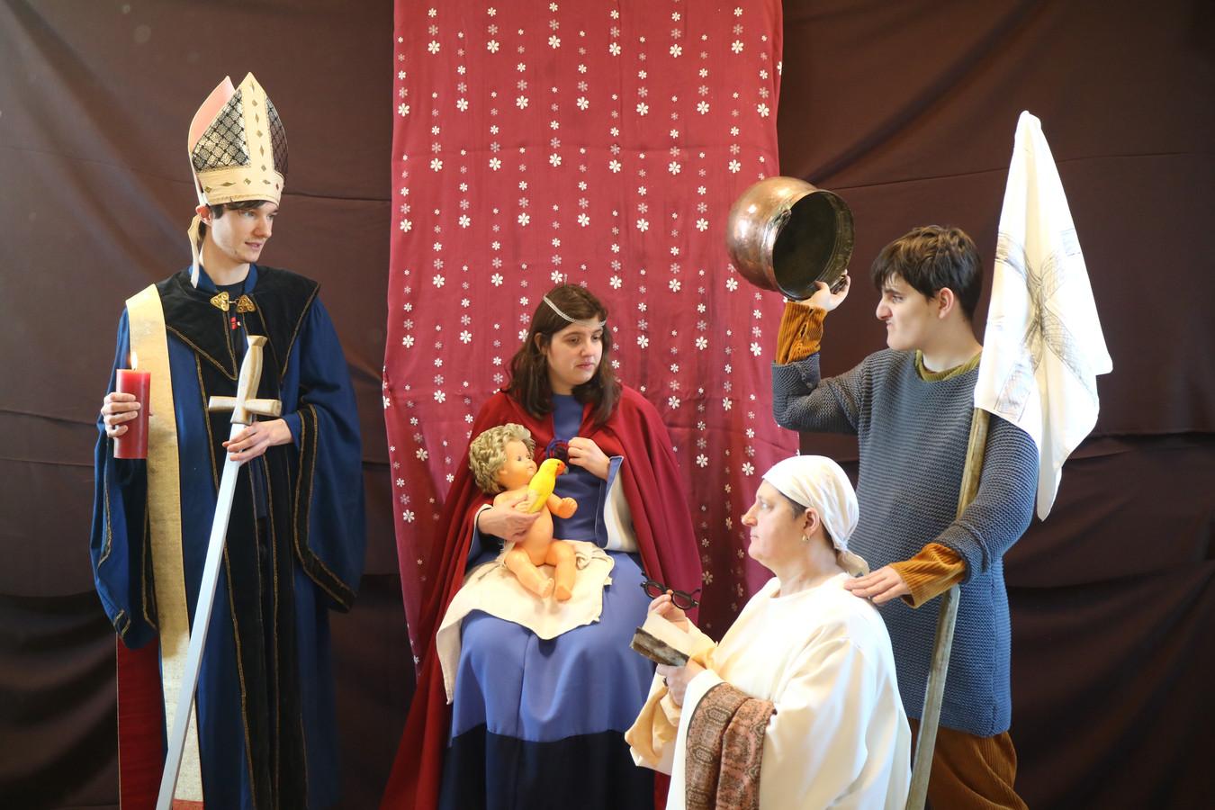 Thomas, Shauni, Jonas en Christel, cursisten van Sint-Rafaël, maken een tableau vivant van 'Madonna met kind en kanunnik Vanderpaele'.