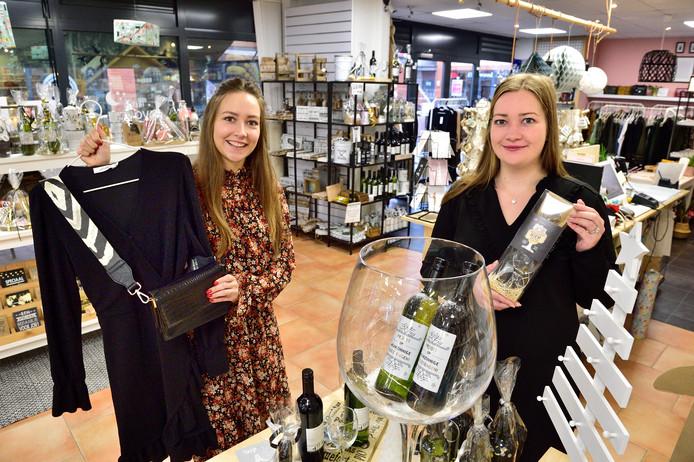 Julia de Groot is een kledingzaak begonnen in hetzelfde pand als de kinderkleding- en cadeauwinkel van haar zus Lisa (rechts).
