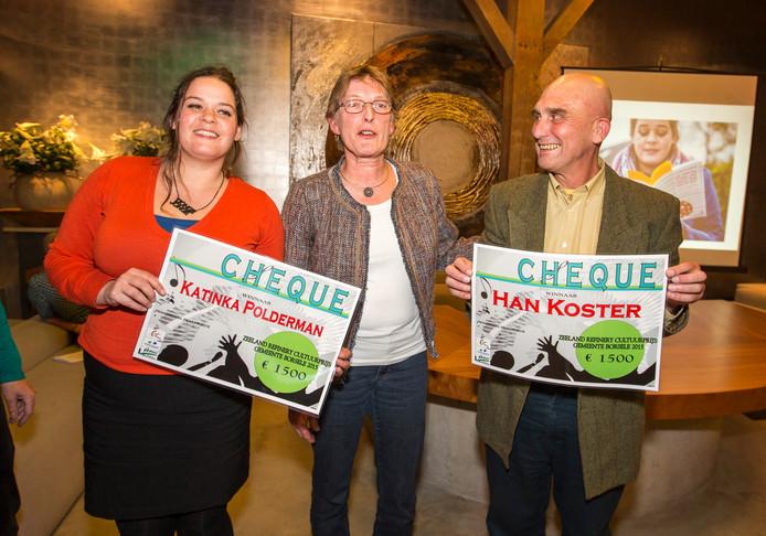 Twee eerdere prijswinnaars van de Zeeland Refinery Cultuurprijs Borsele: cabaretière Katinka Polderman (links) en beeldend kunstenaar Han Koster (rechts), met in het midden voormalig wethouder Conny Miermans.