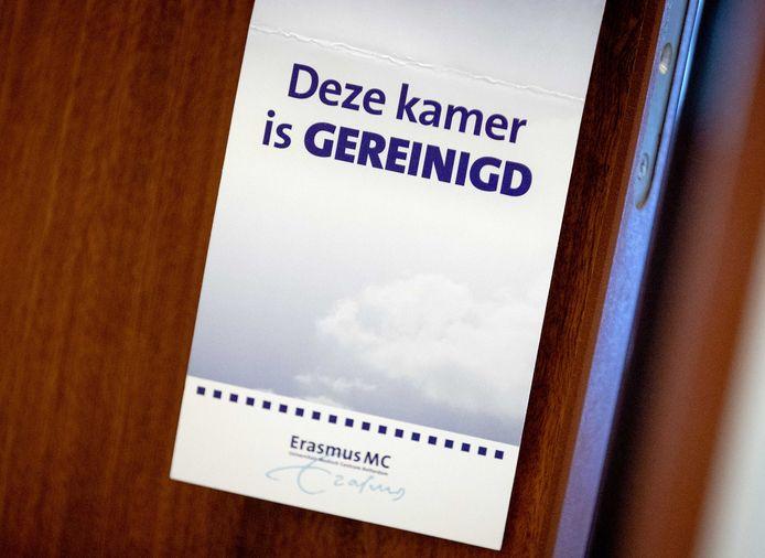 Bezoekers aan het Erasmus MC in Rotterdam krijgen een masker dat ze moeten bewaren, hergebruiken en met andere bezoekers mogen uitwisselen.