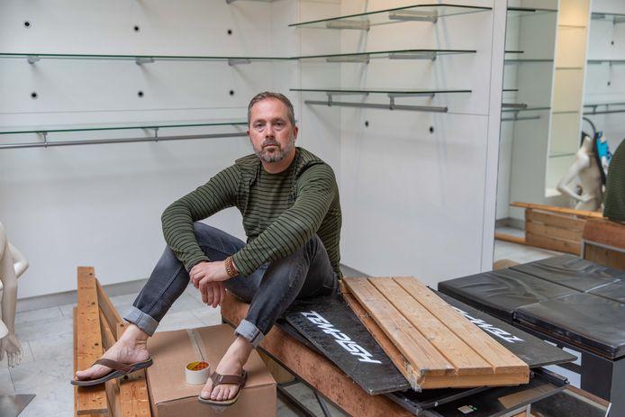 Maarten Landegent is al begonnen met afbreken in het winkelpand waar hij uit moet.